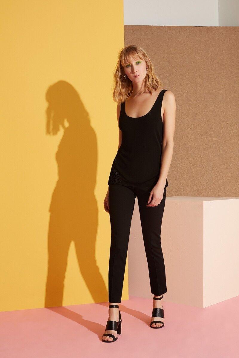 Güpür Detaylı Kalın Askılı Siyah Bluz