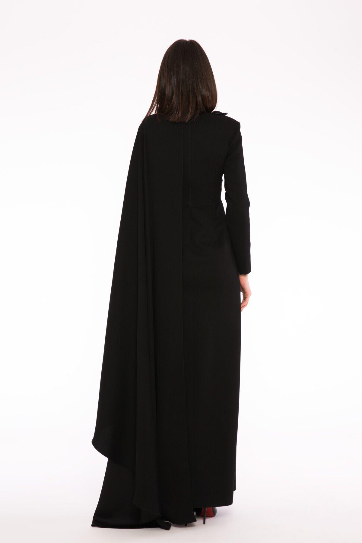 3 Boyutlu Nakış Detaylı Asimetrik Pelerinli Kollu Uzun Gece Elbisesi