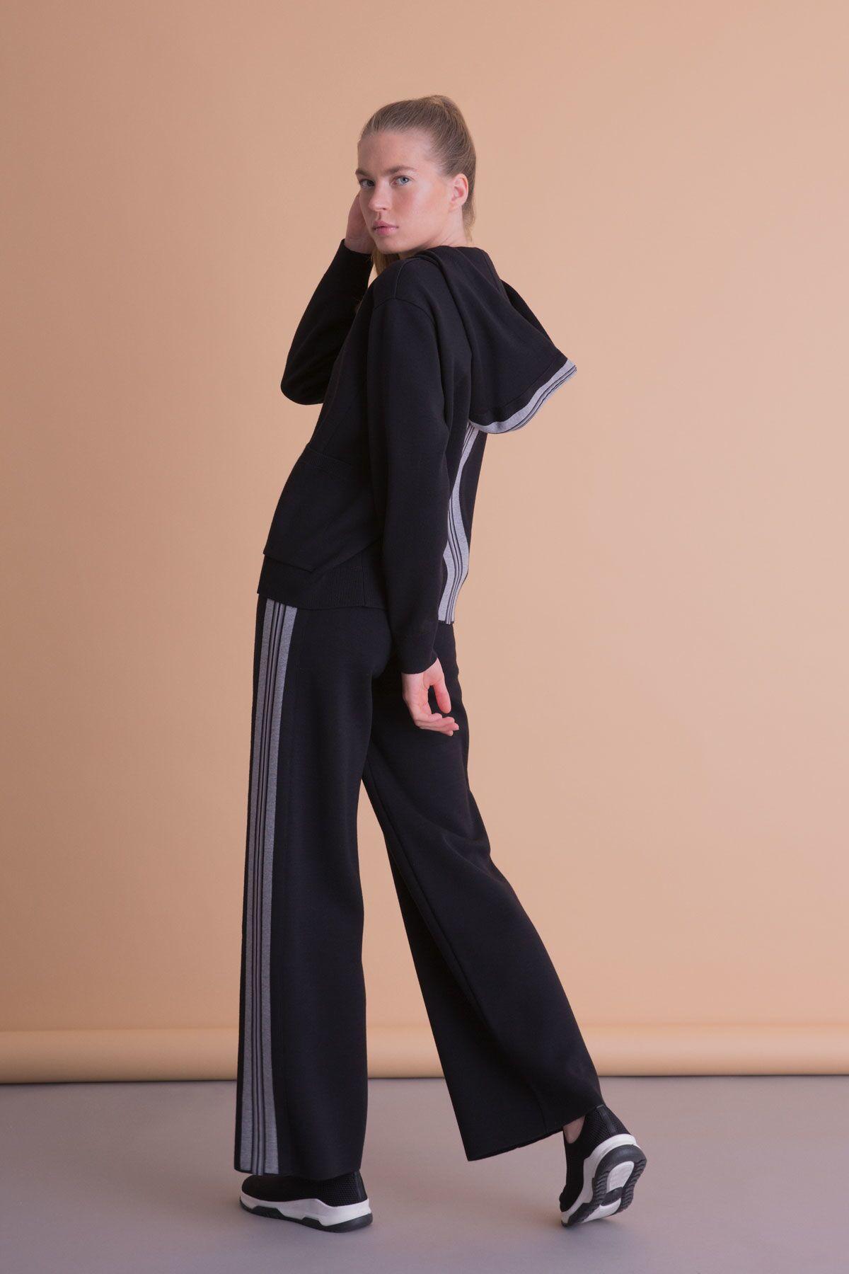 Arkası Şerit Detaylı Kapüşonlu Siyah Sweatshirt