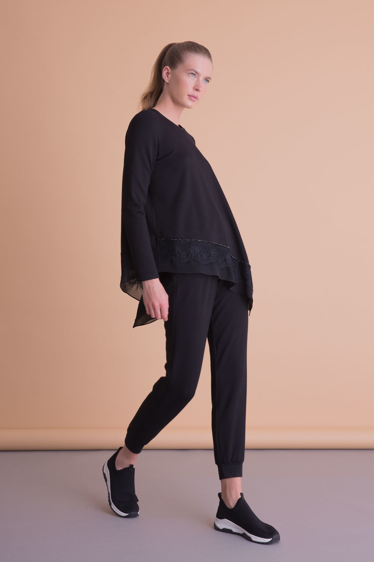Asimetrik Kesim Dantel Detaylı Siyah Bluz