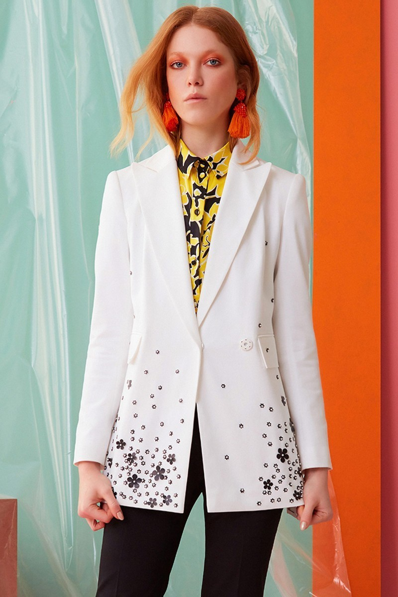 Çiçek Detaylı Beyaz Ceket