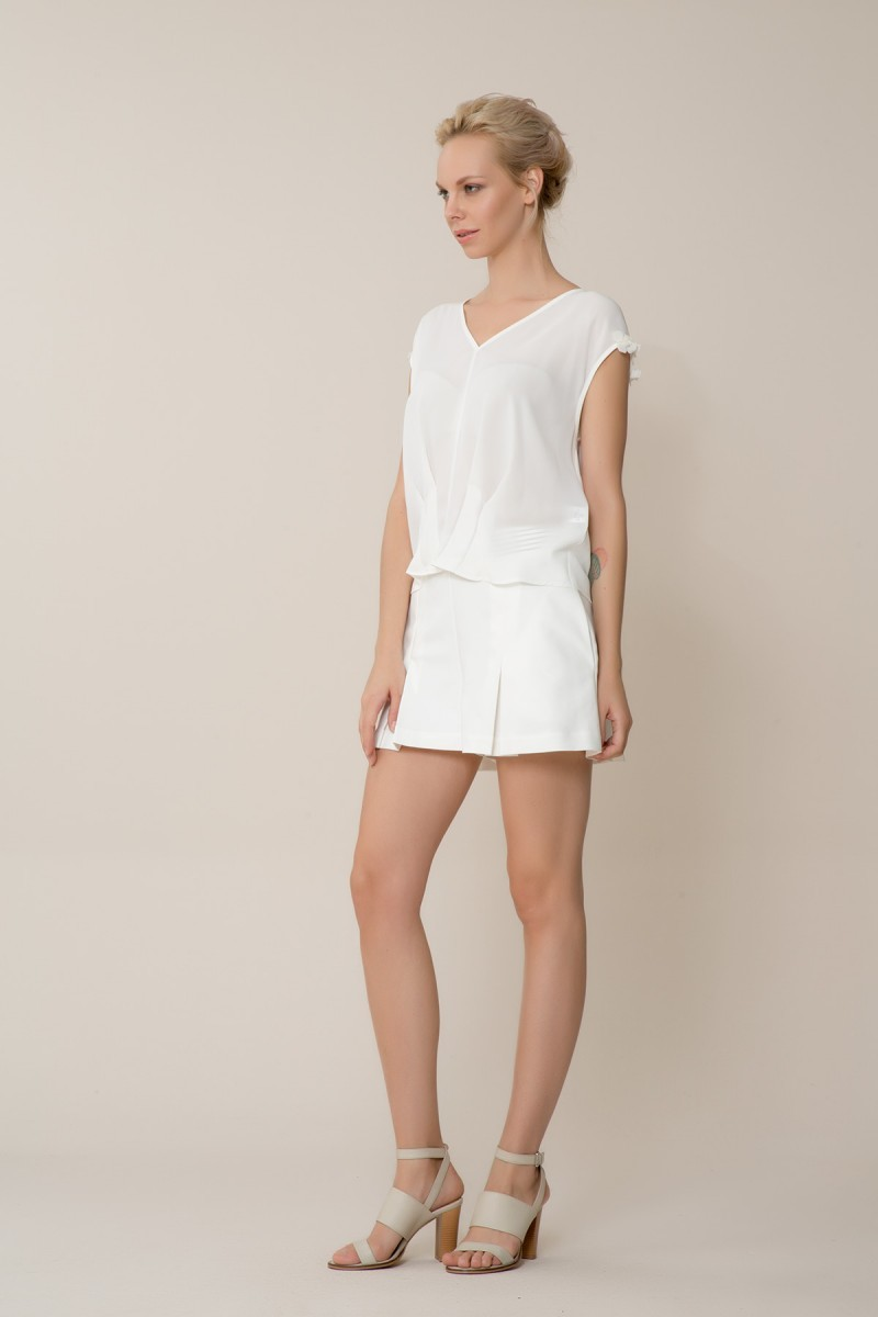 Çiçek Detaylı V Yaka Beyaz Bluz