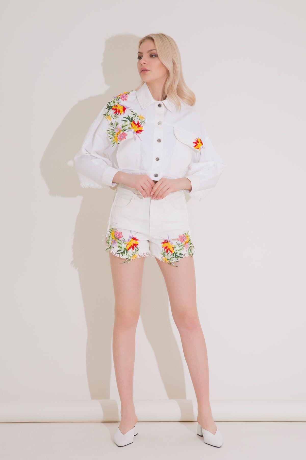 Çiçek Nakış Detaylı Beyaz Mini Jean Şort