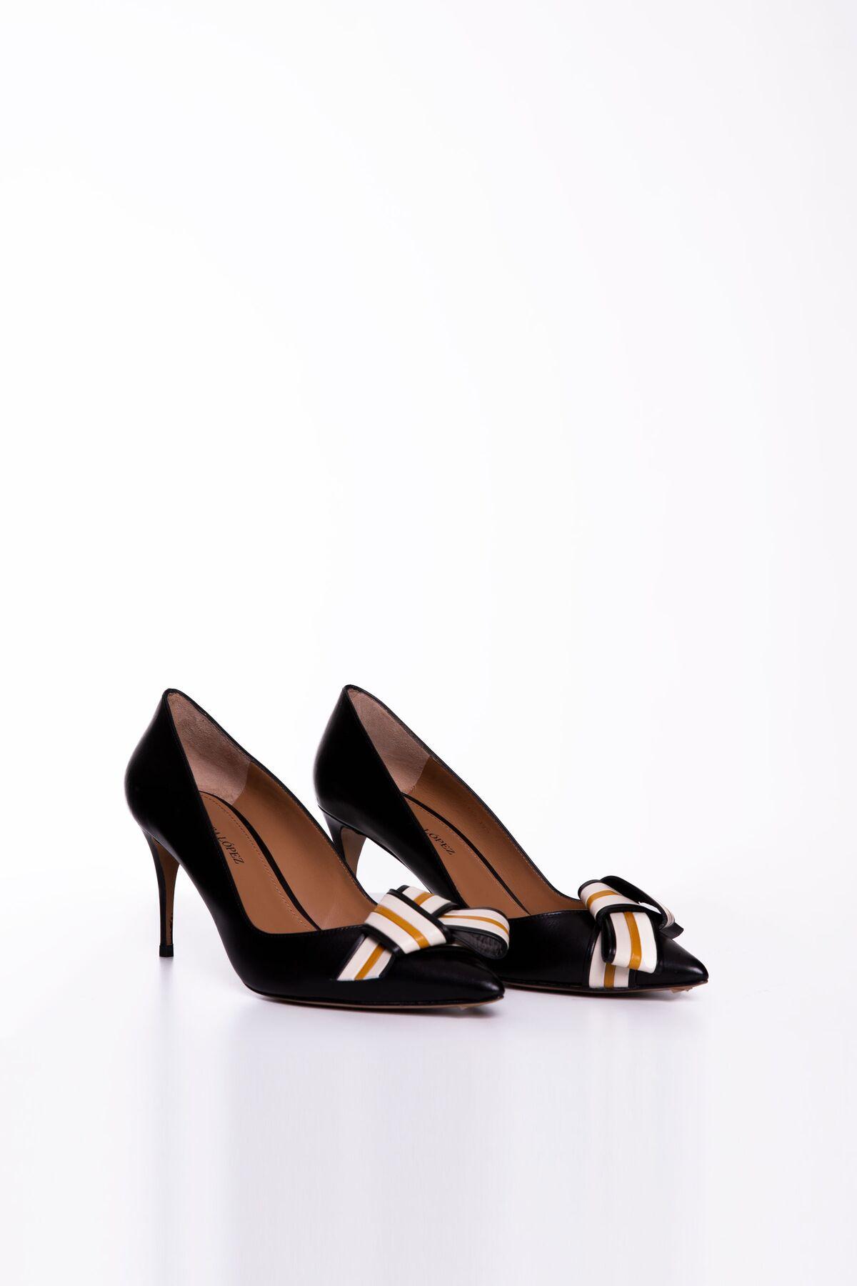 Fiyonk Detaylı Siyah Deri Topuklu Ayakkabı
