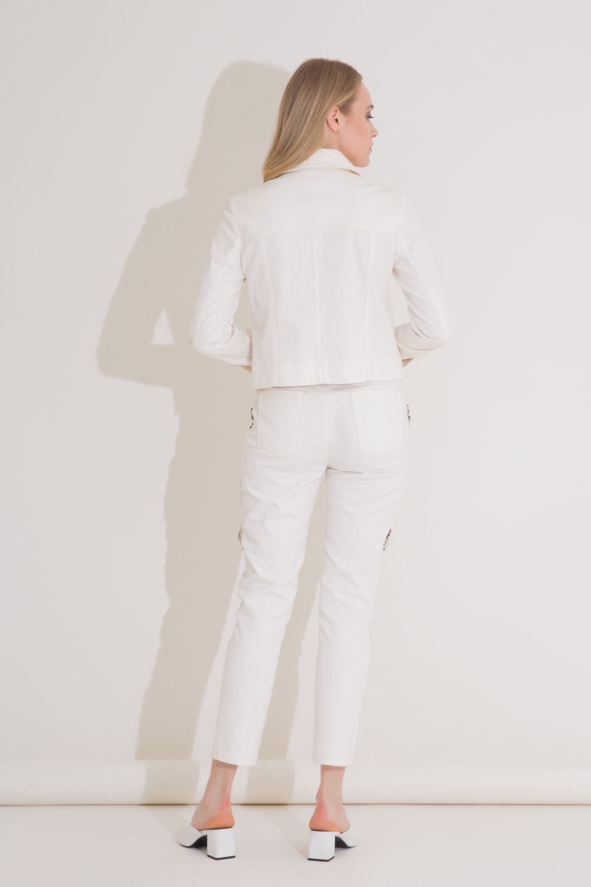 İşleme Detaylı Boru Paça Beyaz Jean Pantolon
