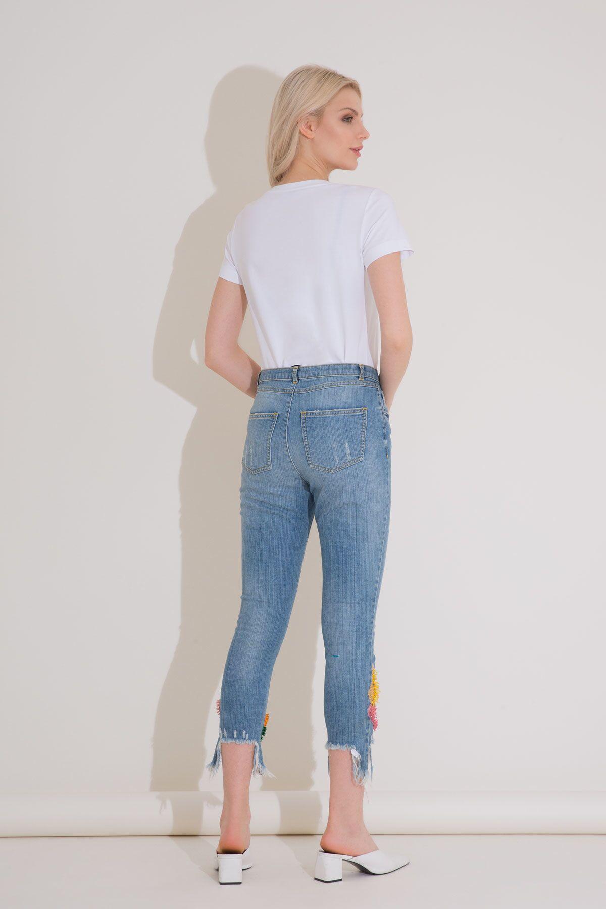 İşleme Detaylı Yırtık Paça Mavi Jean Pantolon