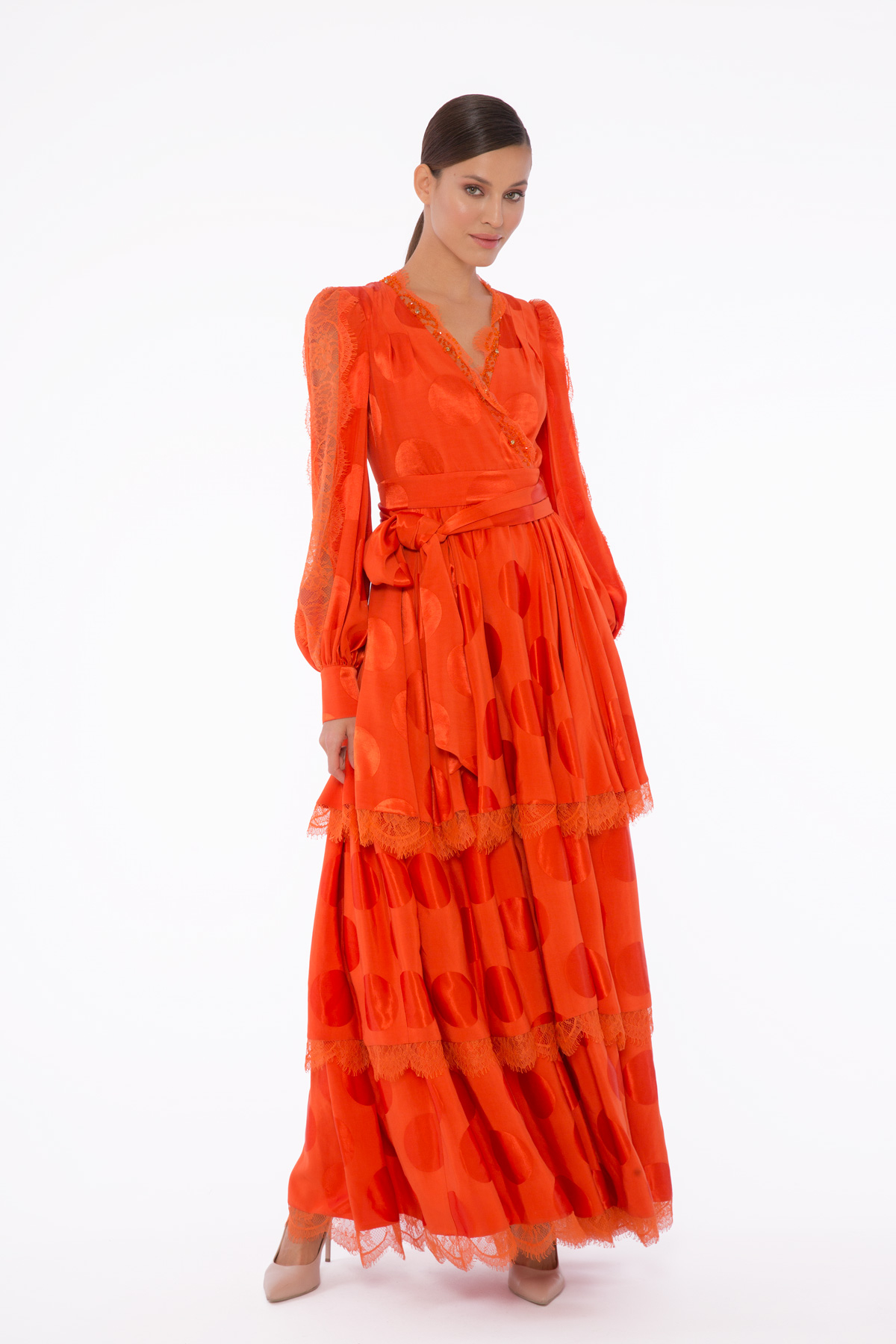 İşleme Ve Dantel Detaylı, V Yaka Kuşaklı Katlı Etekli Uzun Puanlı Elbise