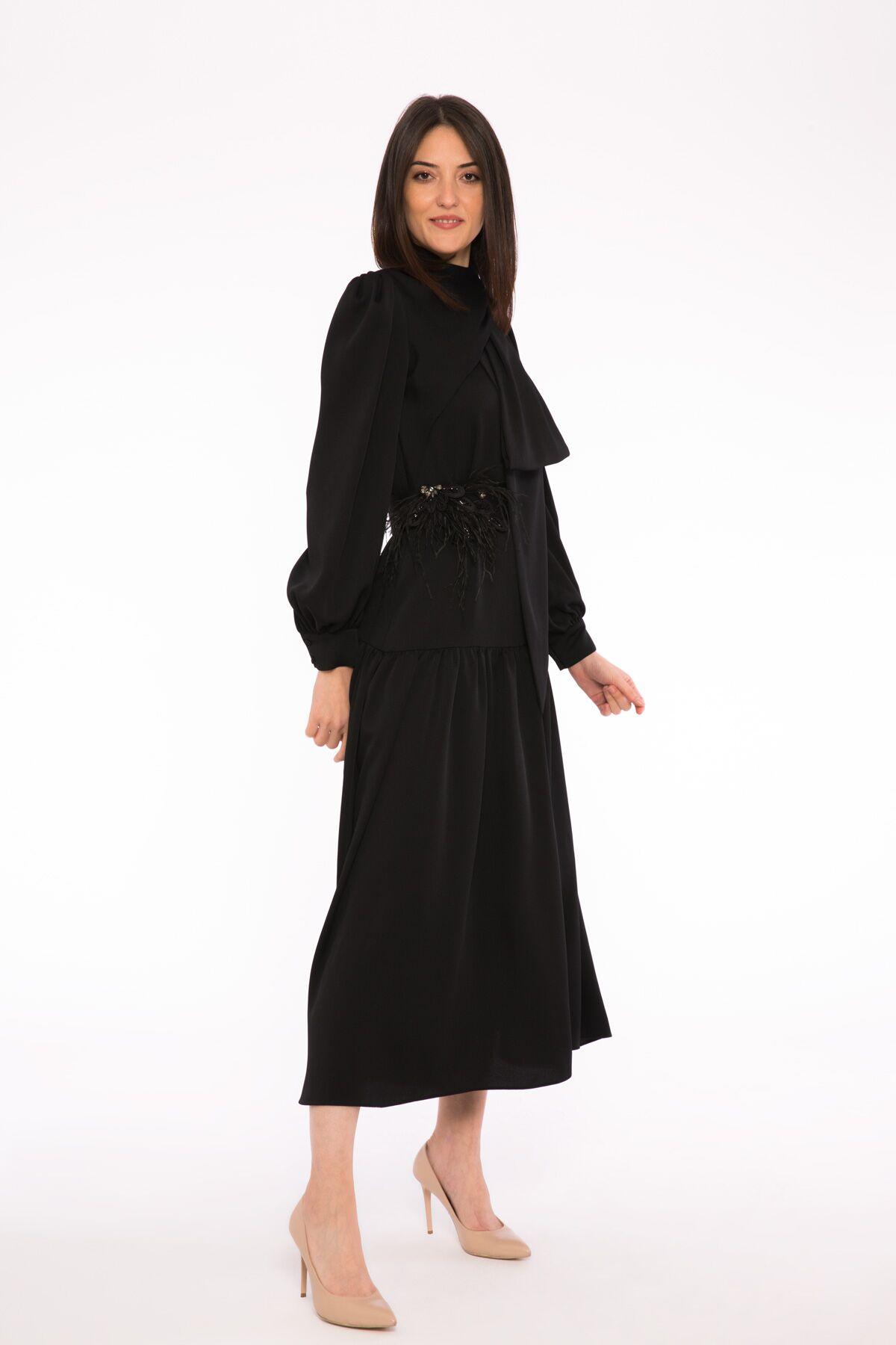 İşleme Kemer Detaylı Fiyonk Yaka Uzun Elbise