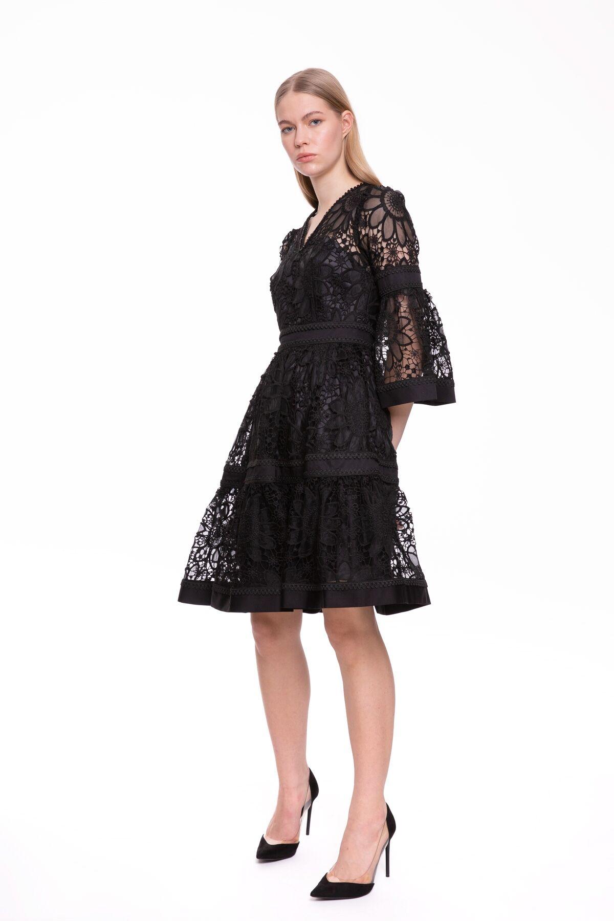 İşlemeli V Yaka Siyah Elbise