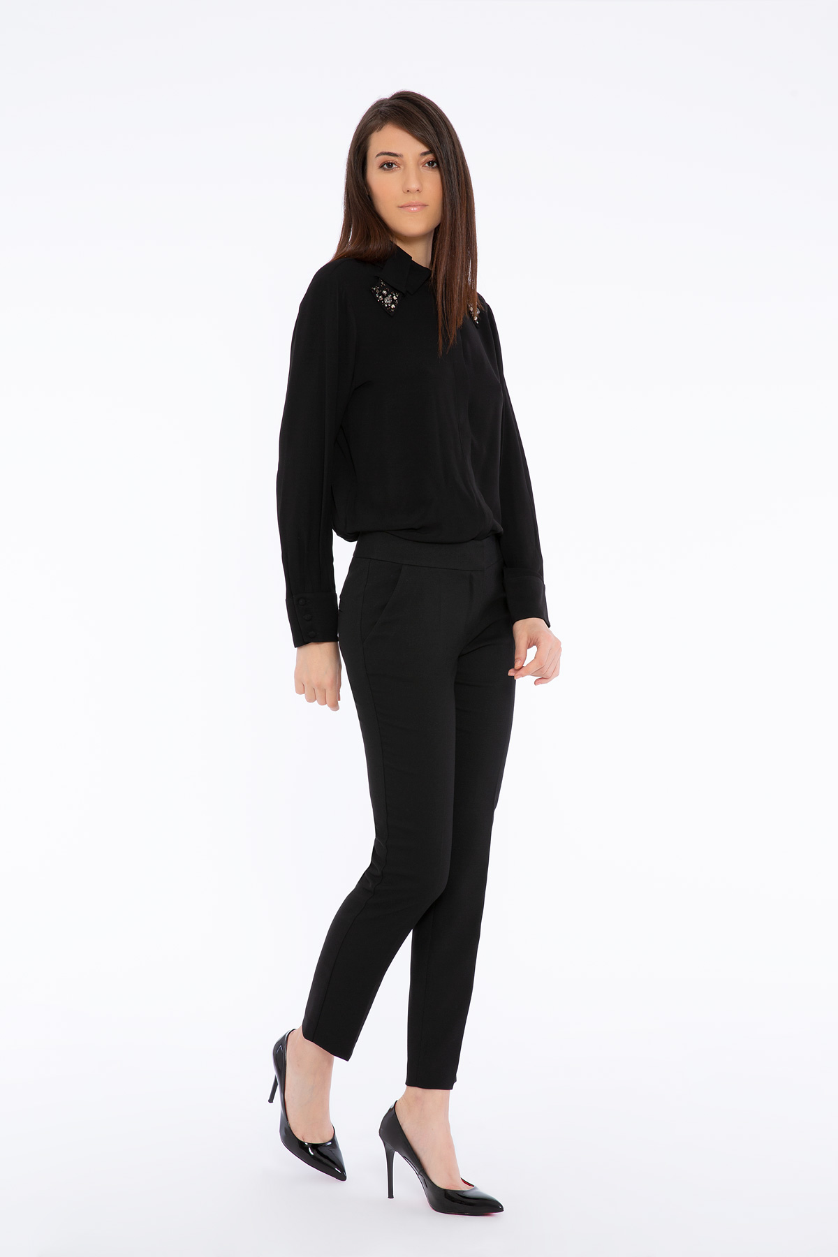 İşlemeli Yaka Detaylı Siyah Gömlek