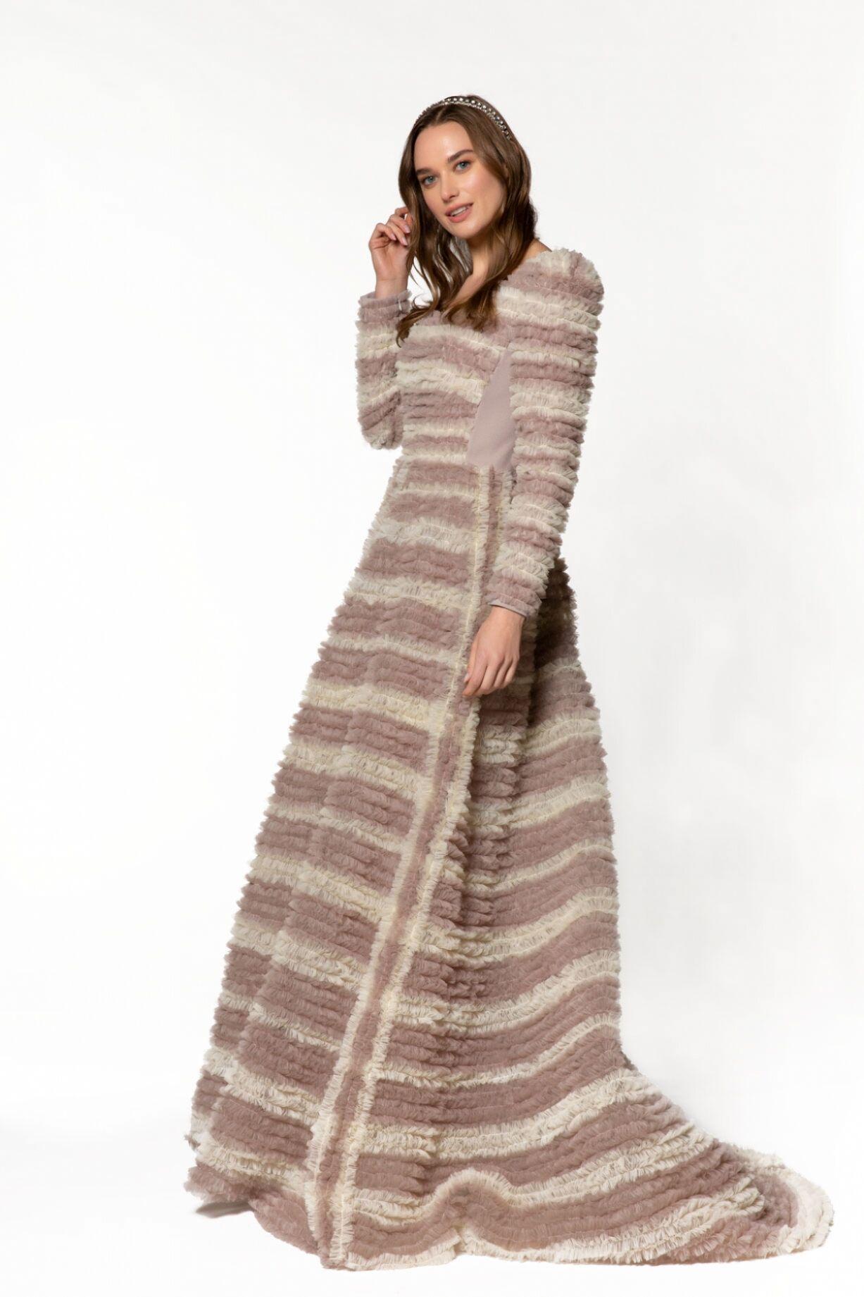 Kare Yaka, Fırfırlı Hacimli Uzun Elbise