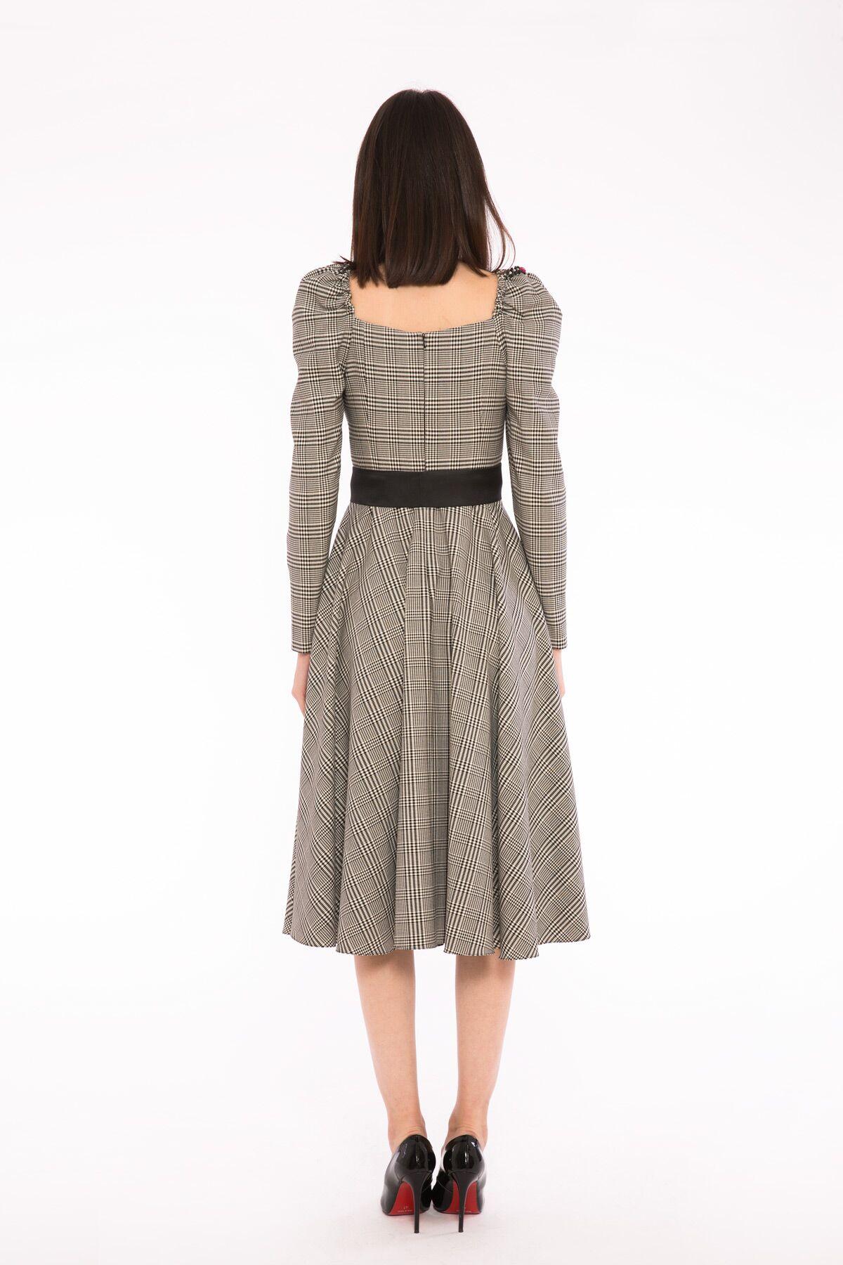 Kare Yaka Omuz Büzgü Detaylı Midi Elbise