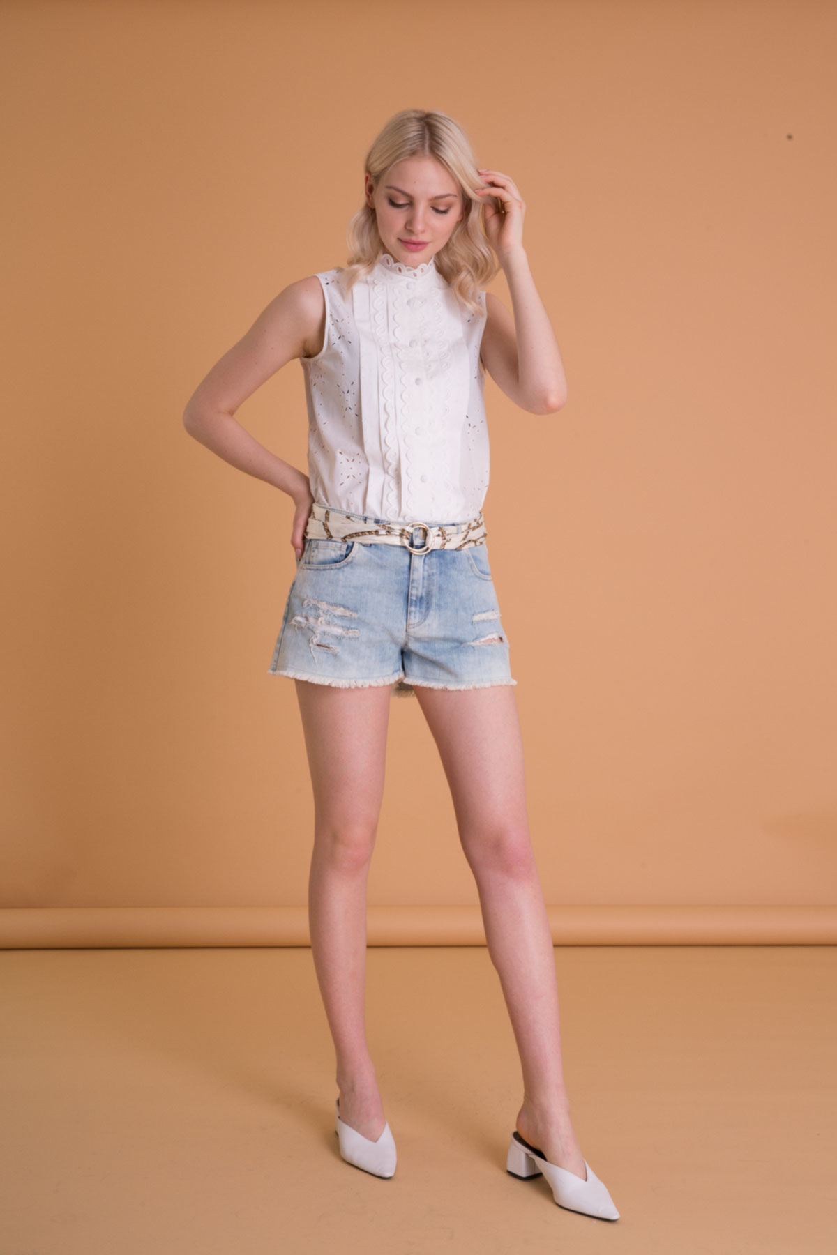 Kemer Detaylı Mavi Mini Jean Şort