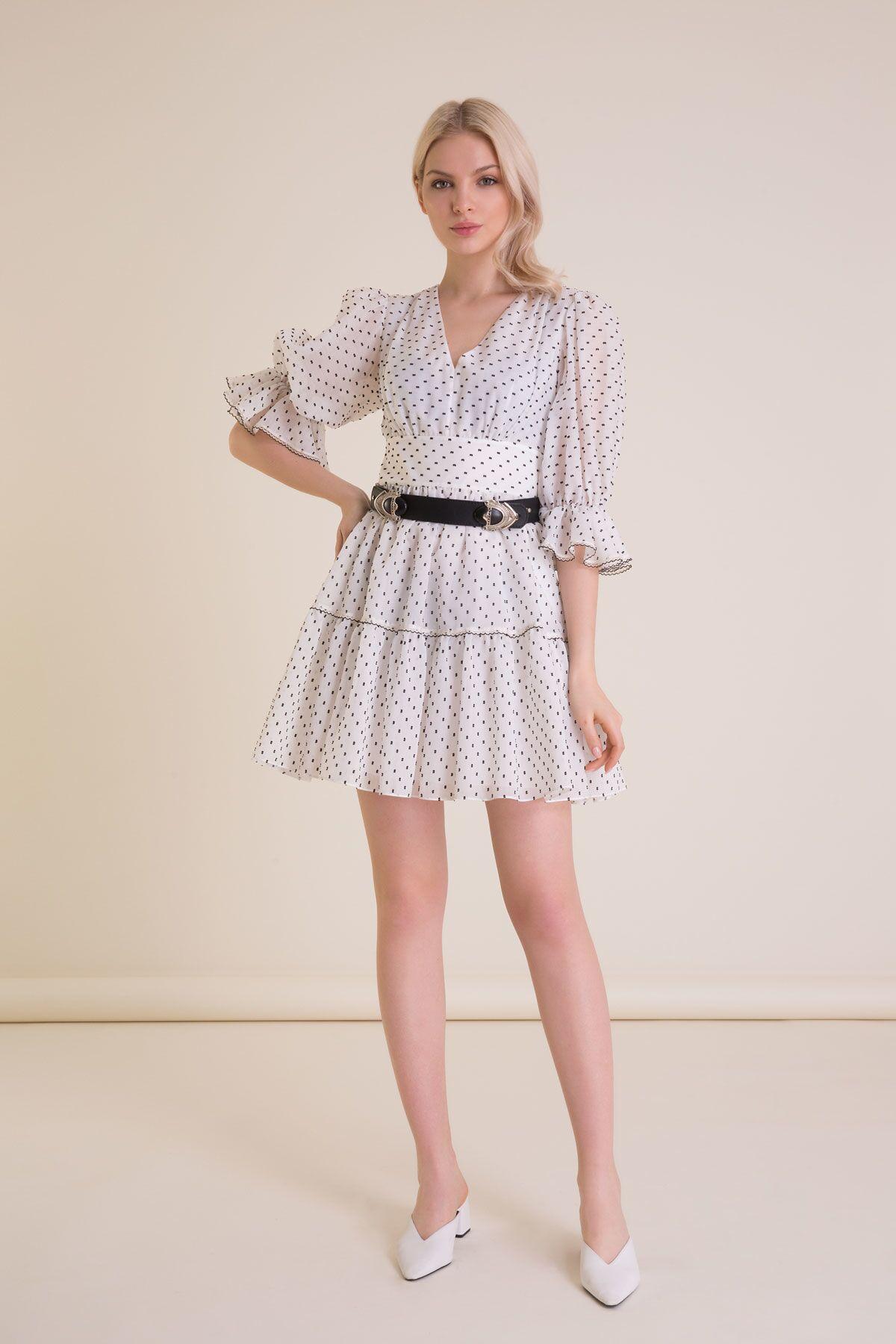 Kemer Detaylı Puantiyeli Beyaz Mini Elbise