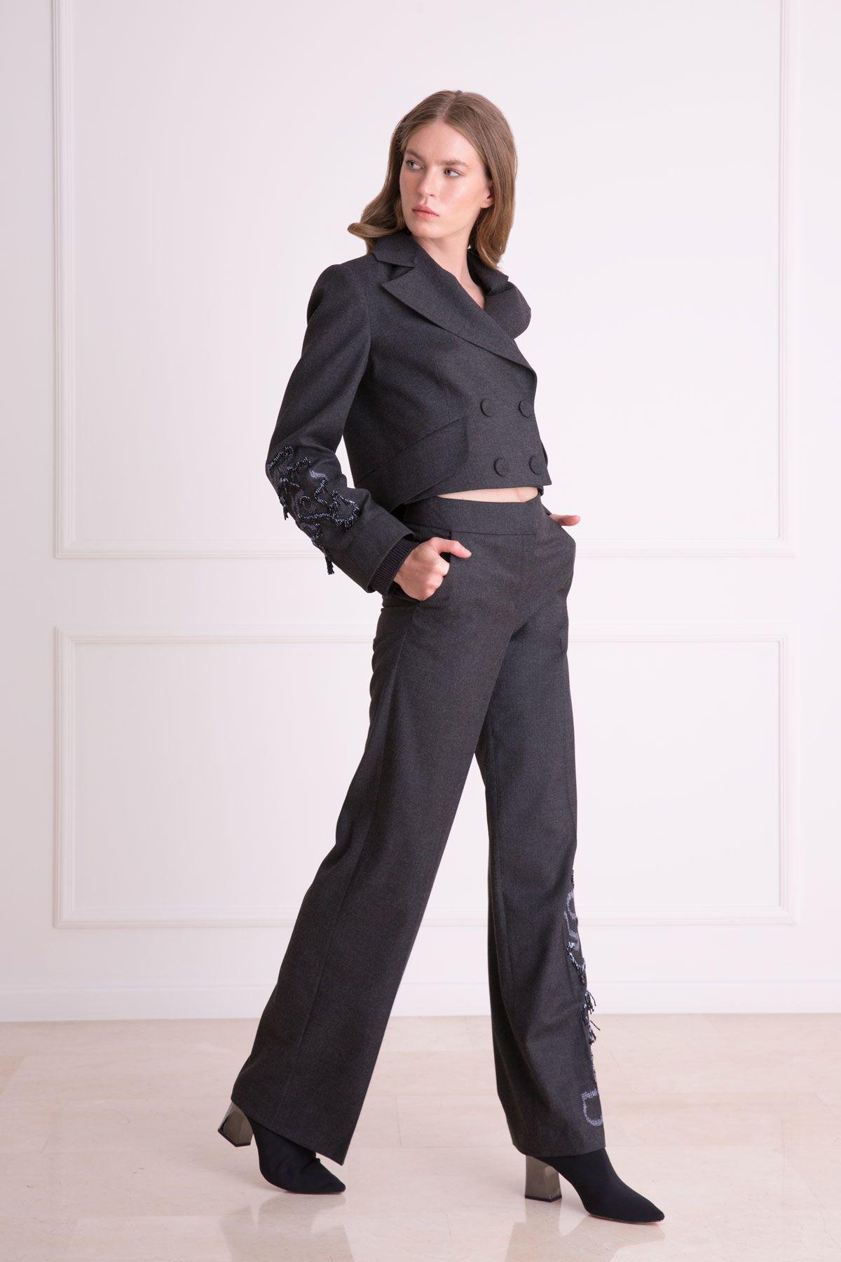 Kol İşlemeli Antrasit Siyah Kısa Ceket