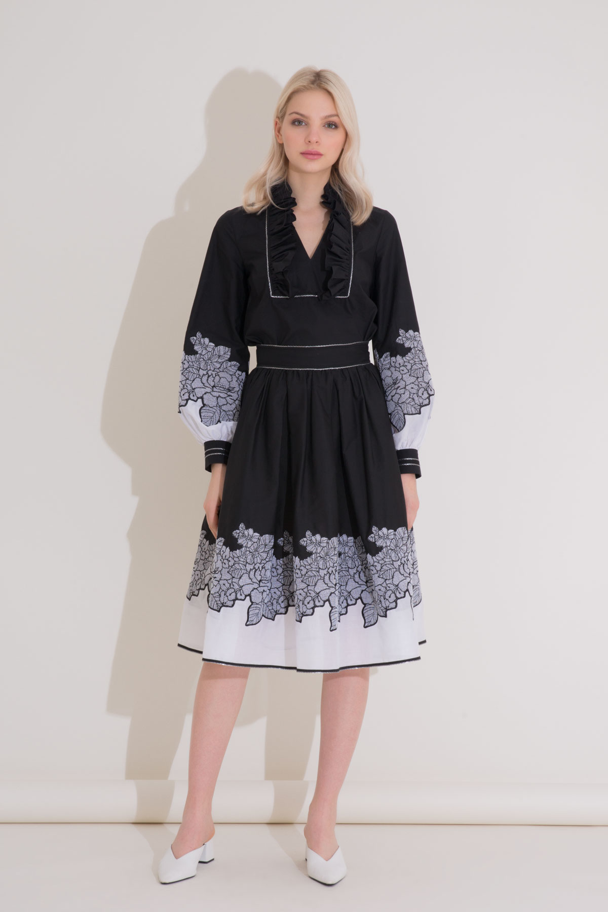 Kol Nakış ve Yaka Detaylı Siyah Poplin Bluz