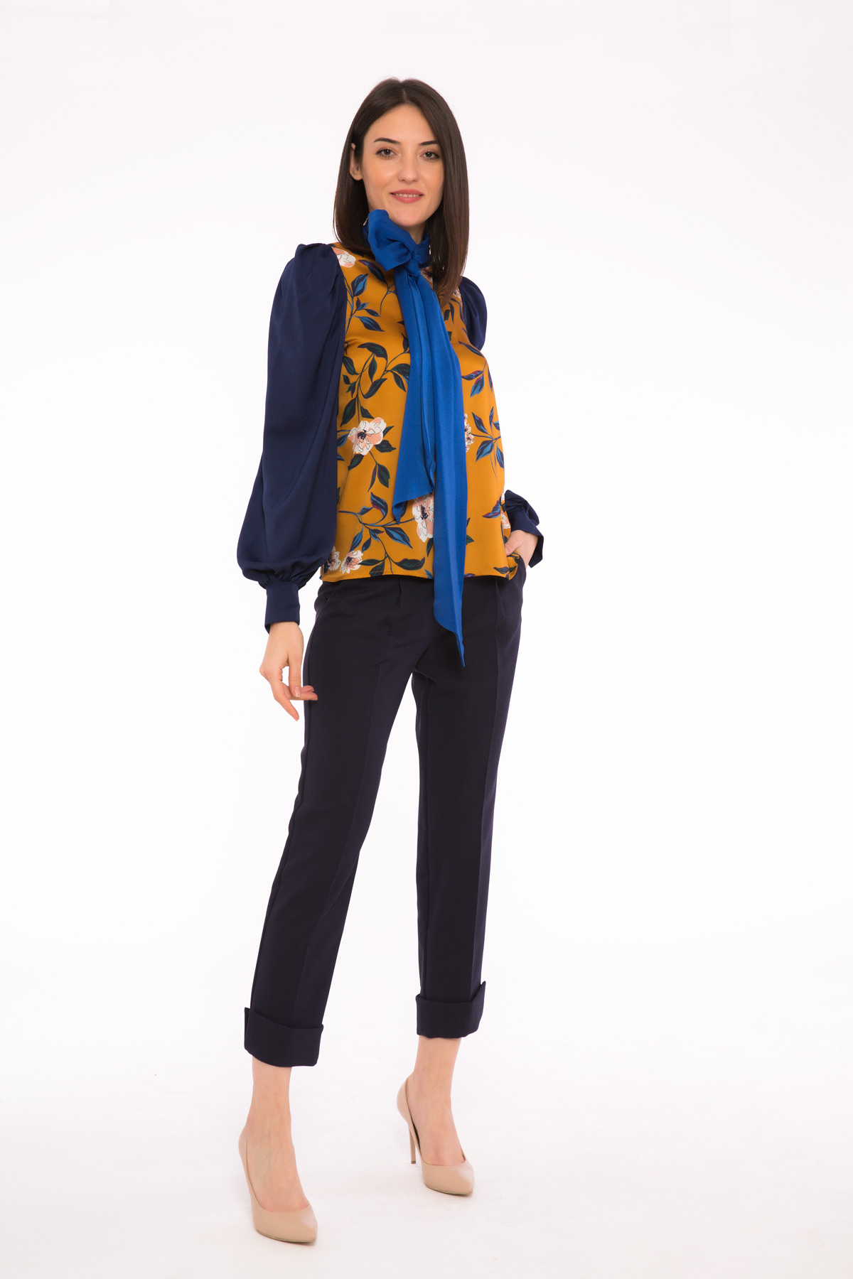 Kontrast Detaylı Dik Yaka Çiçek Desenli Dökümlü Bluz
