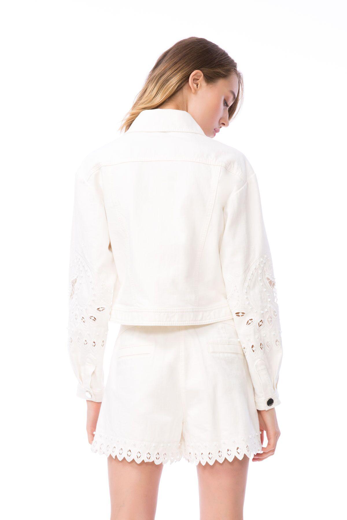 Nakış Detaylı Beyaz Jean Şort
