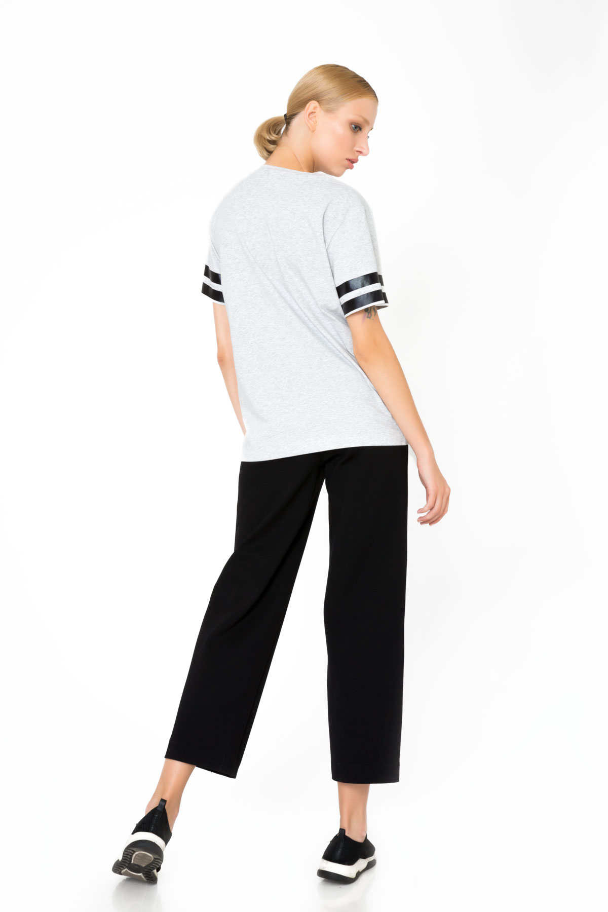 İşlemeli ve Nakış Logolu Şerit Detaylı Gri T-Shirt