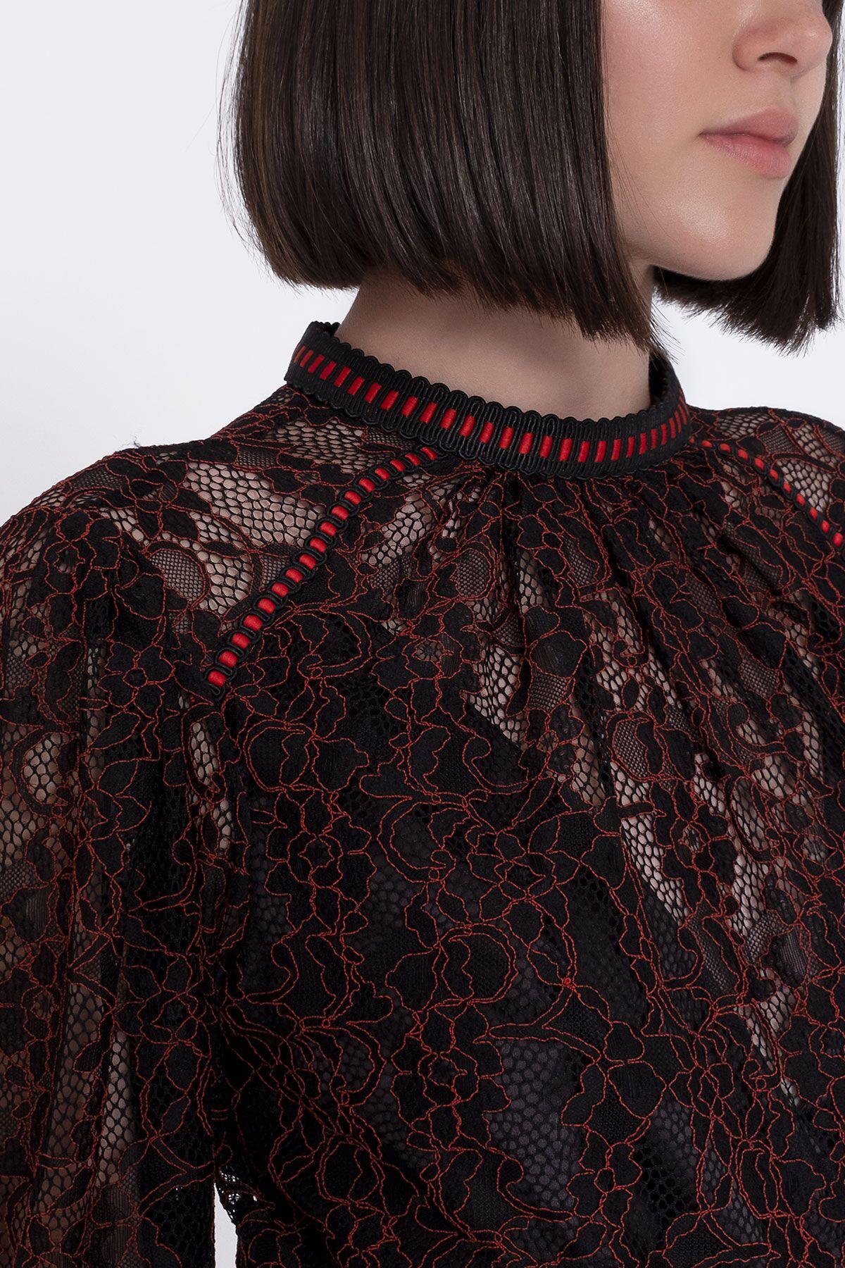 Kırmızı Dantel ve Şerit Detaylı Siyah Bluz