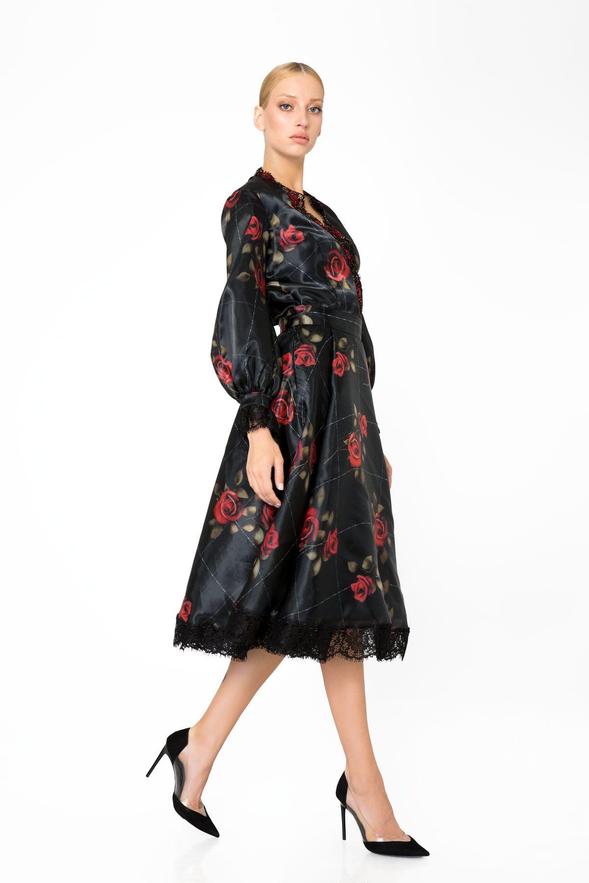 Yaka ve Manşet Dantel Detaylı Çiçek Desenli Siyah Bluz