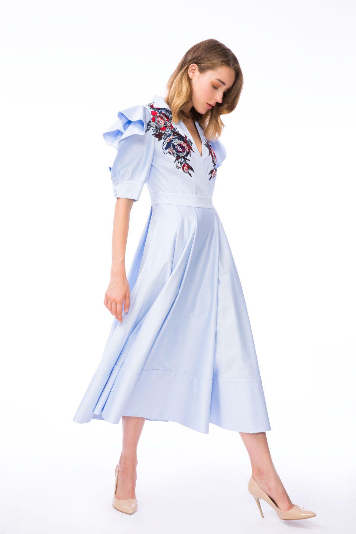 Volan Kol Detaylı Nakışlı Mavi Midi Elbise