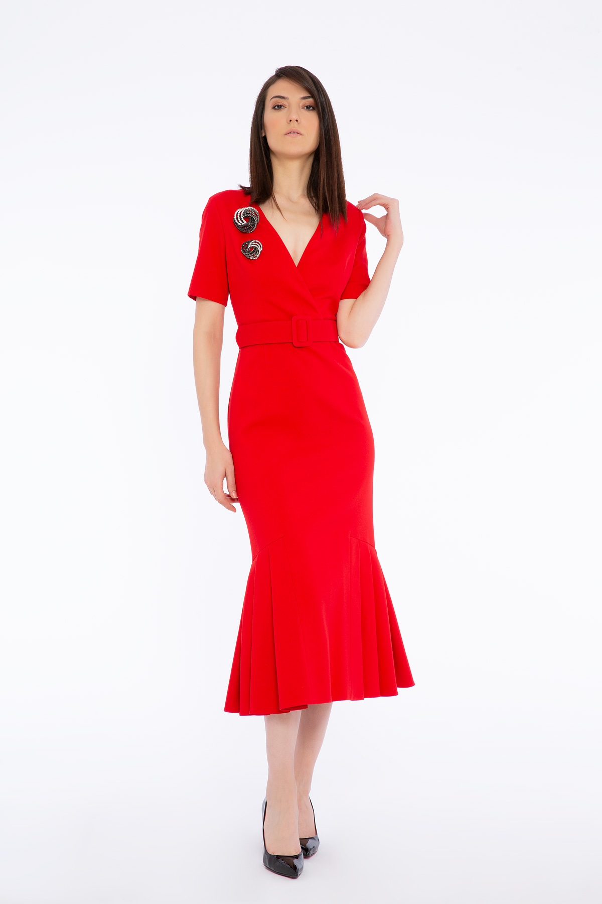 Brooch Detailed Pleated V Neck Dress With Belt