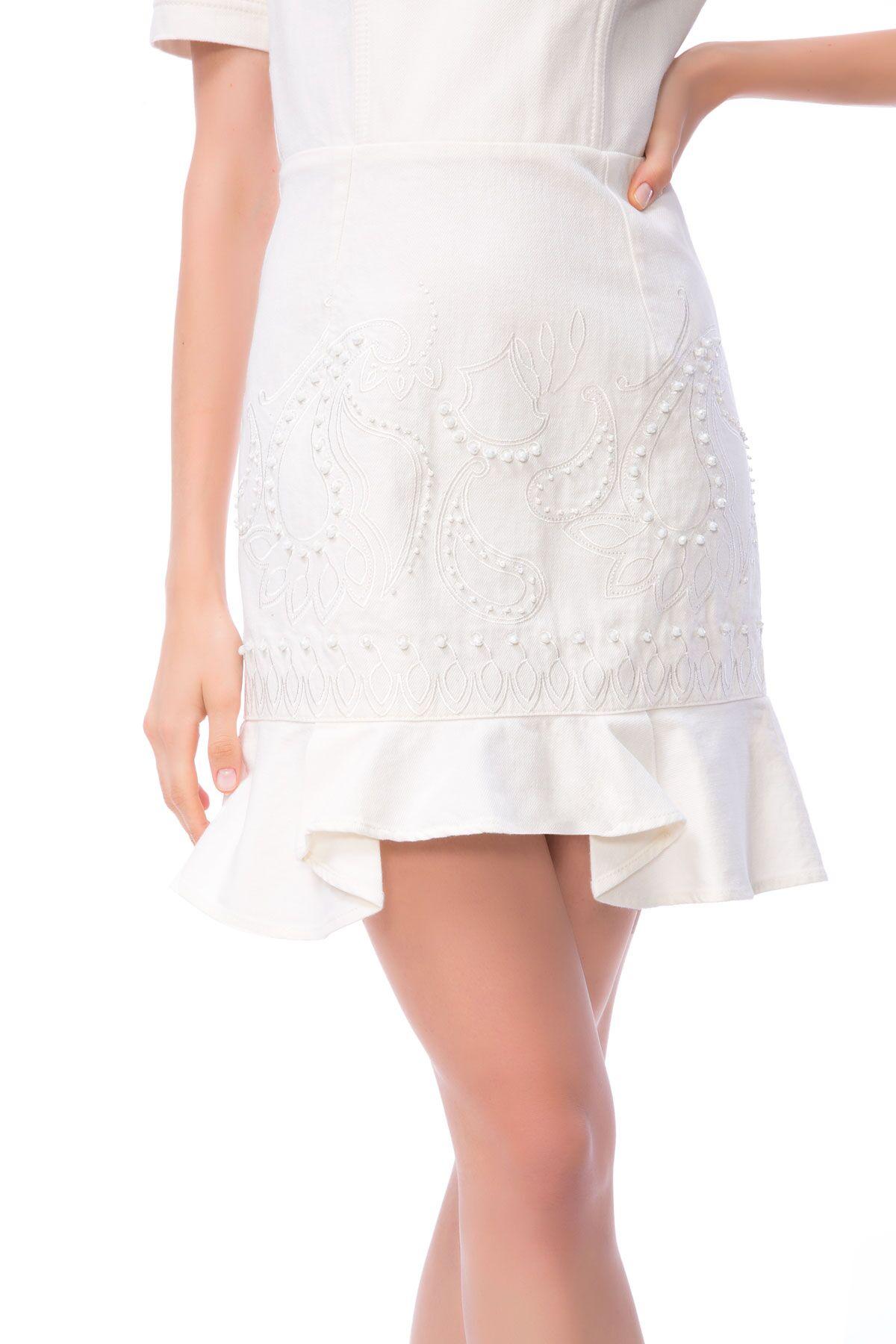 Nakış İşlemeli Üçgen Sırt Detaylı Beyaz Mini Jean Elbise