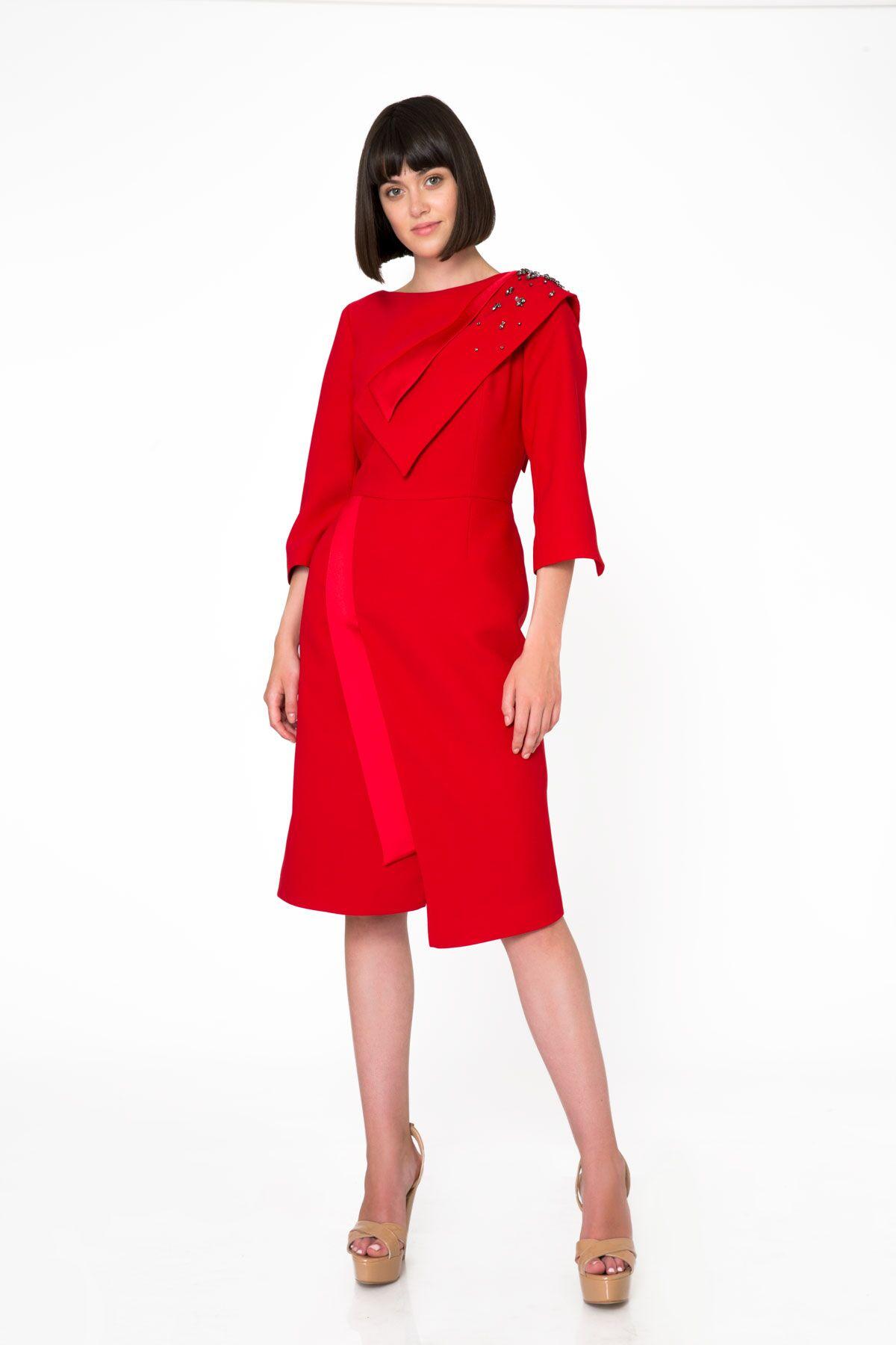 Geniş Yaka İşleme Detaylı Midi Boy Kırmızı Elbise
