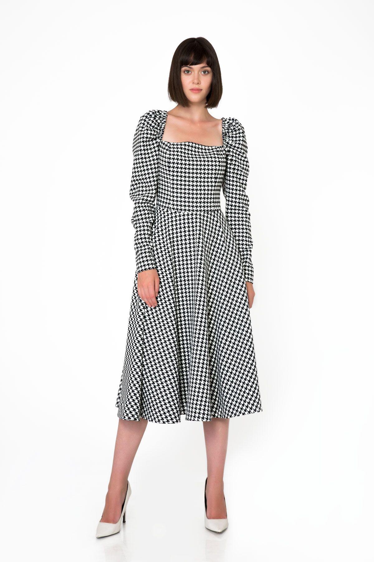 Kare Yaka Kemerli Midi Kazayağı Desenli Elbise