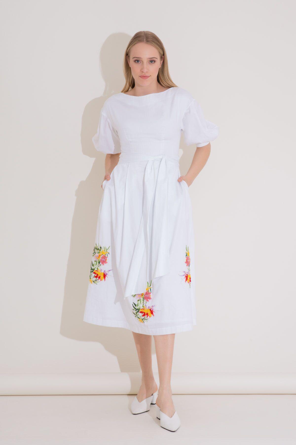 Nakış Detaylı Kayık Yaka Beyaz Midi Elbise