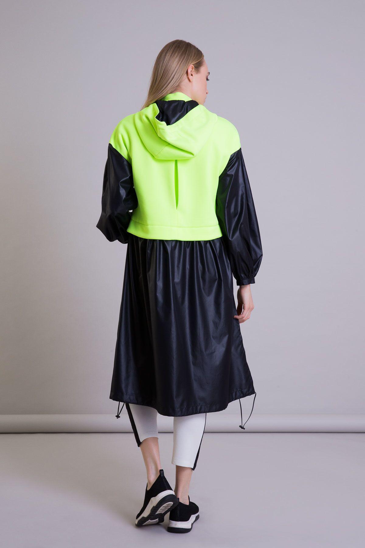 Neon Detaylı Kapüşonlu Siyah Uzun Yağmurluk