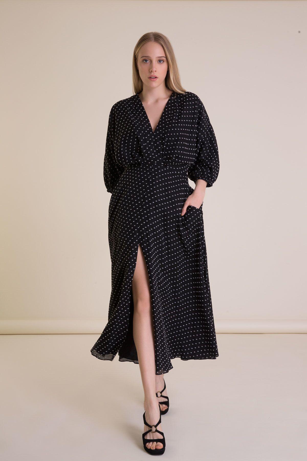 Puantiyeli Siyah Uzun Sırt V Yaka Yırtmaçlı Elbise