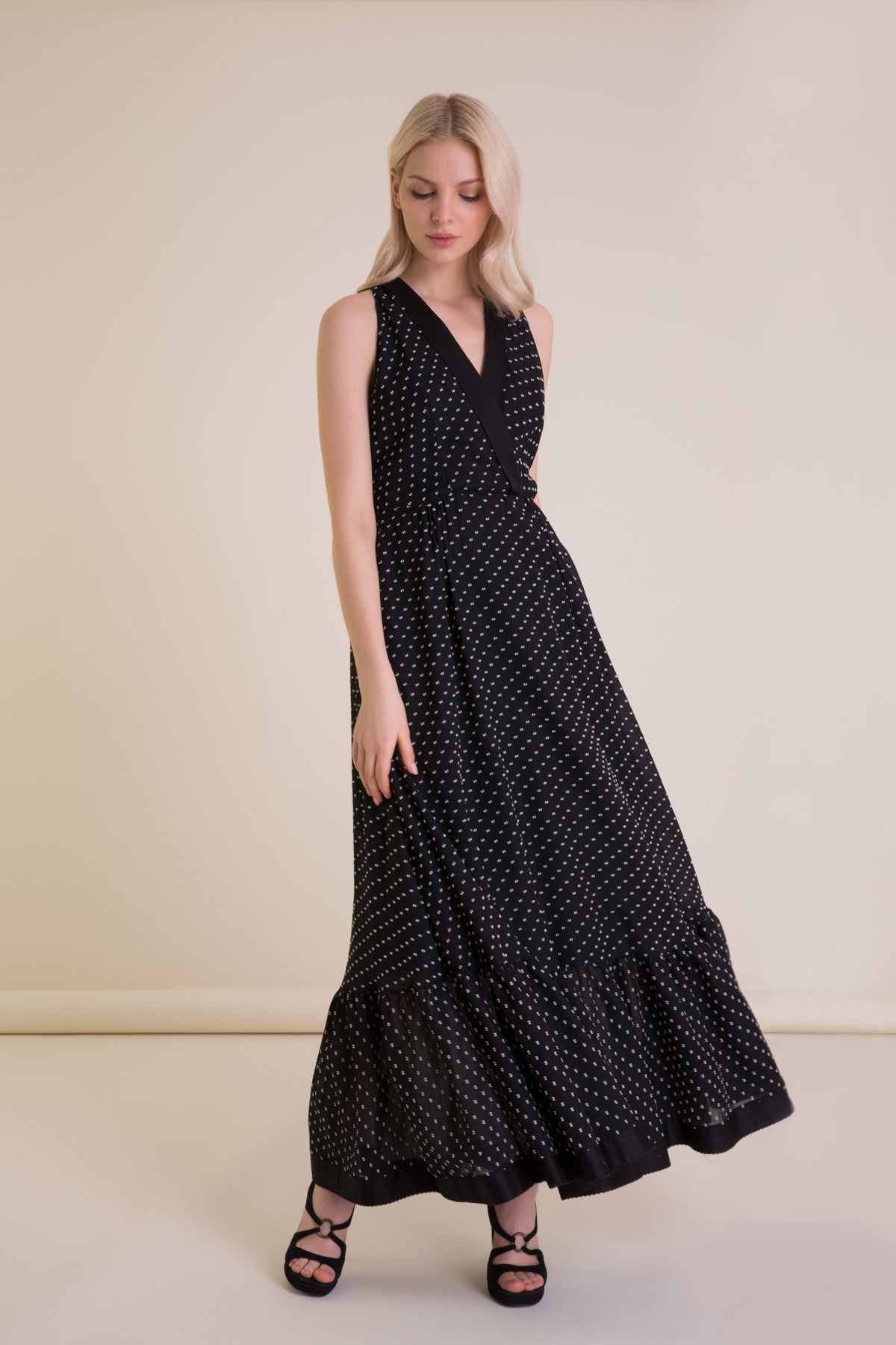 Puantiyeli V Yaka Uzun Siyah Elbise