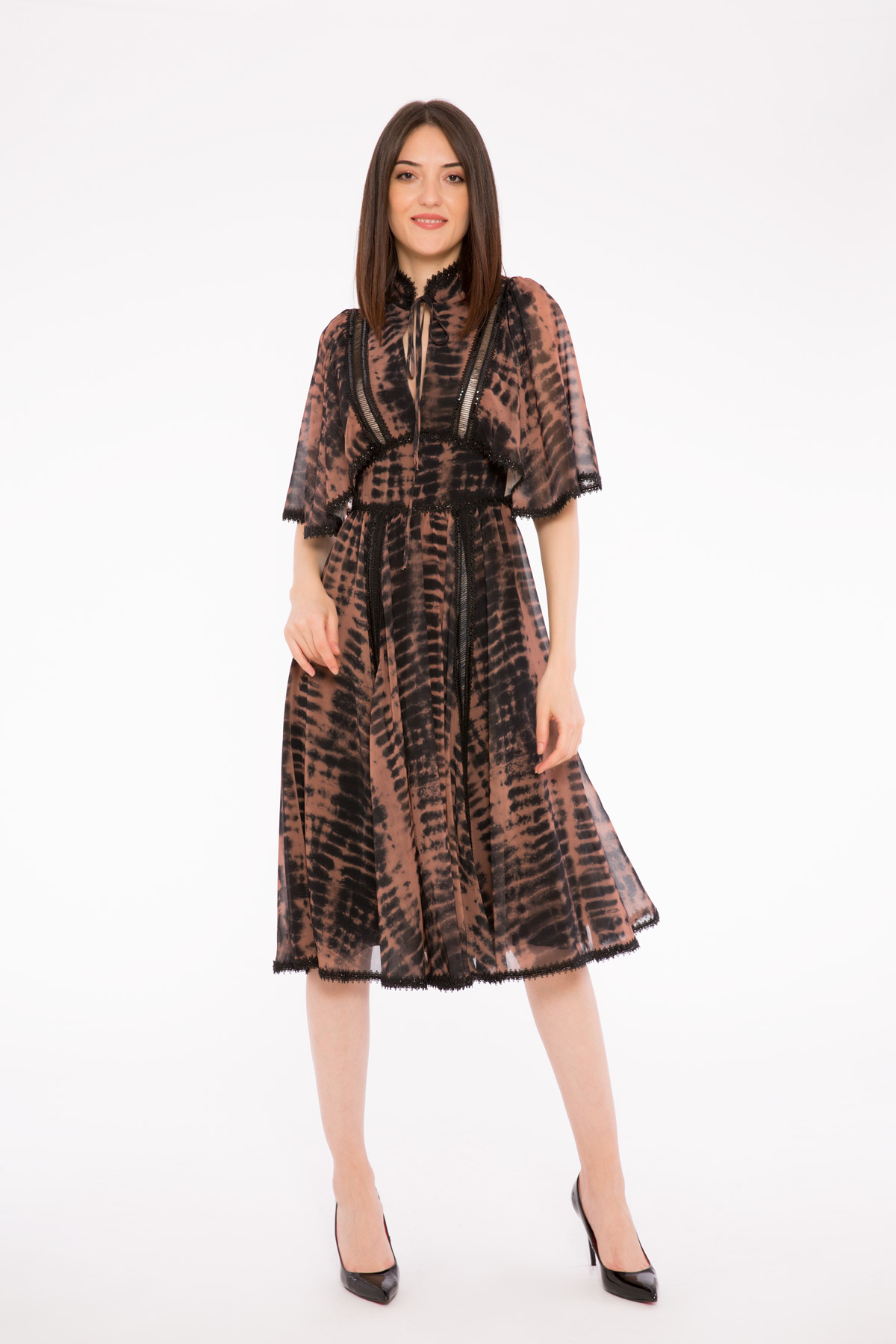 Simli Şerit Detaylı Hakim Yaka Midi Boy Batik Desen Elbise