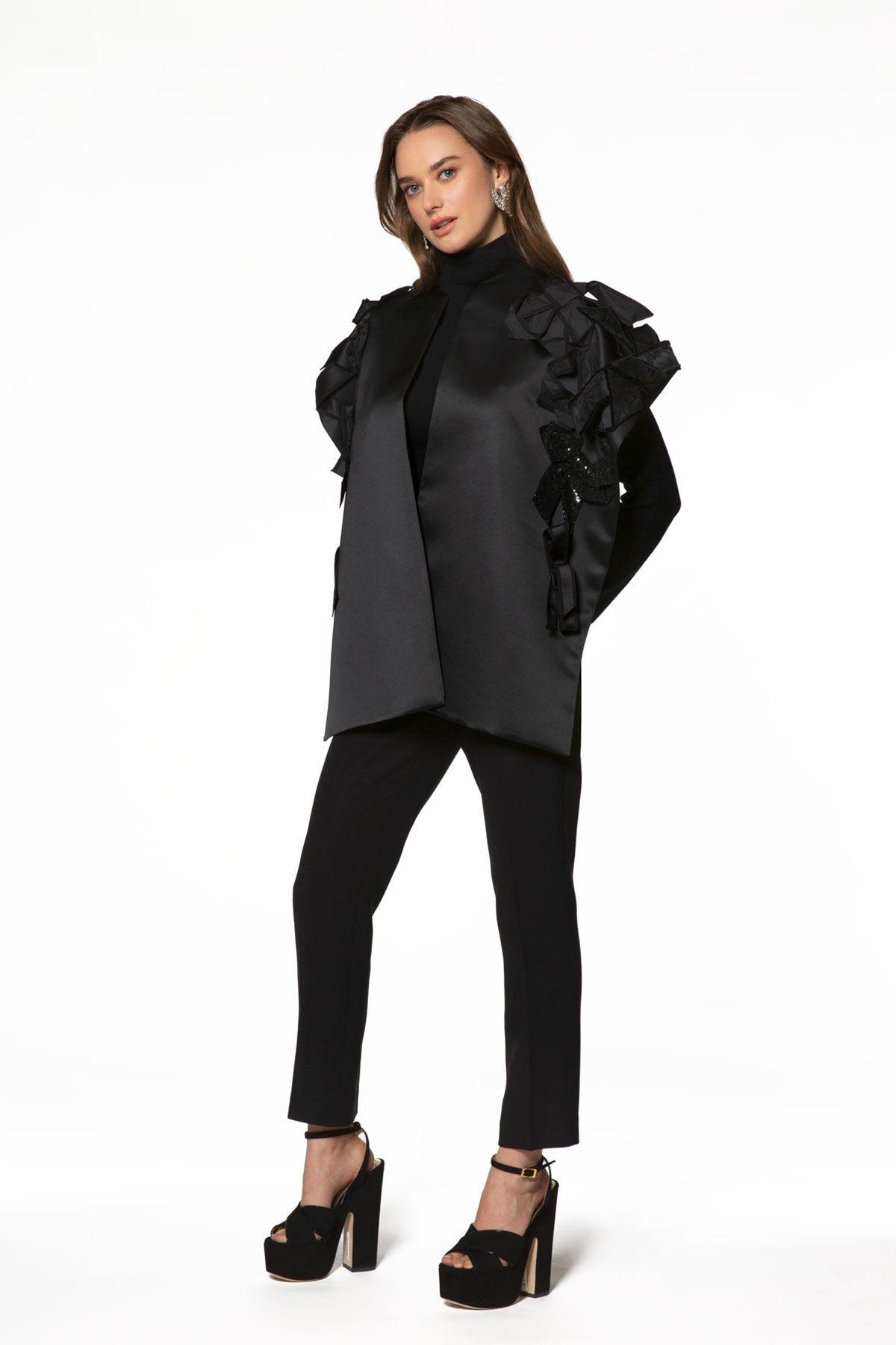 Omuzları Volan Detaylı Siyah Ceket