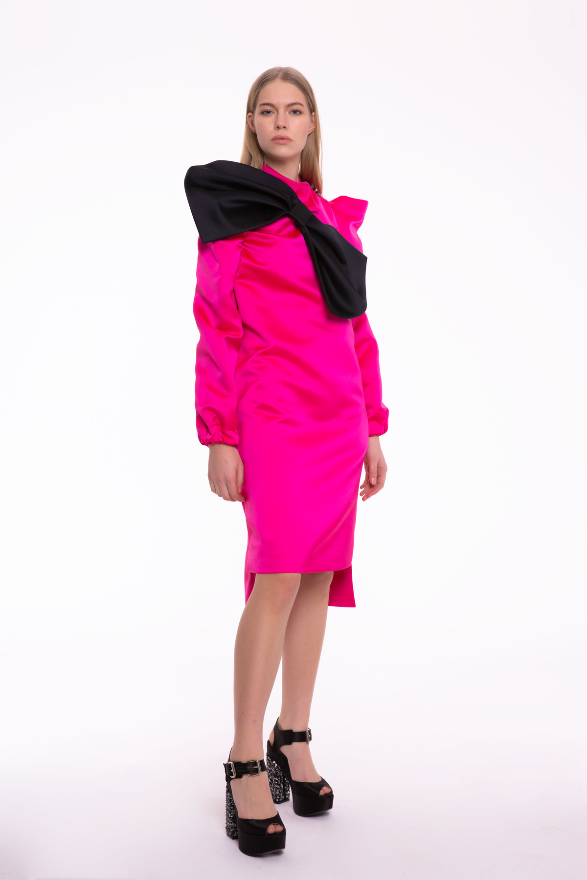 Siyah Kurdele Detaylı Fuşya Dizüstü Elbise