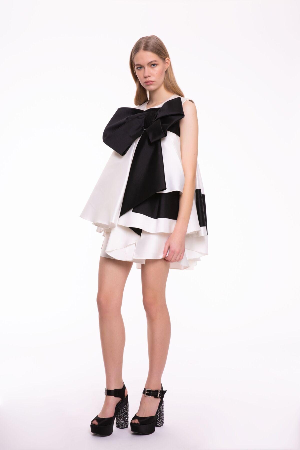 Siyah Kurdele Detaylı, Katlı Kesim Beyaz Mini Elbise