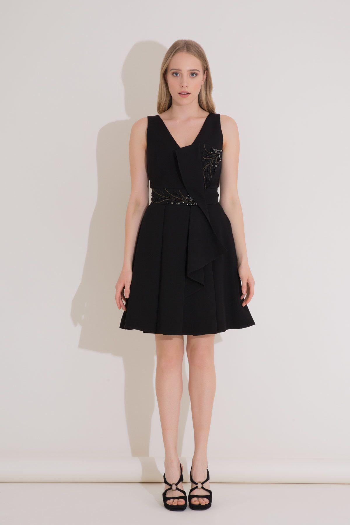 Taş İşleme ve Fiyonk Detaylı Siyah Mini Elbise