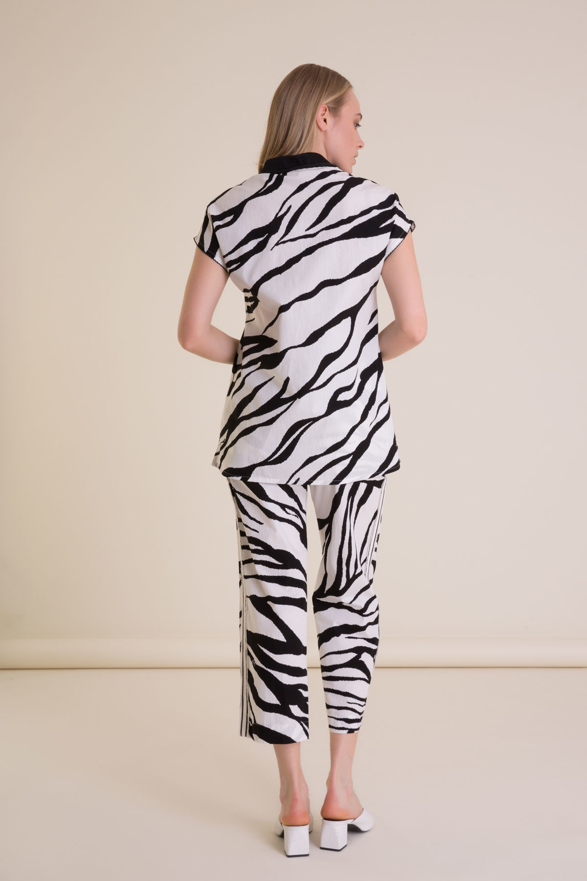Zebra Desenli Şerit Detaylı Beyaz Crop Pantolon